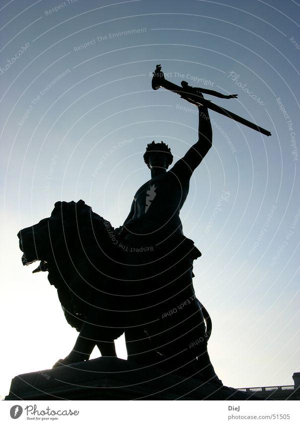 Lionking Mensch Himmel blau Sonne Herbst hell Erfolg Europa Körperhaltung Statue London Löwe Digitalfotografie Großbritannien Fackel Buckingham Palace