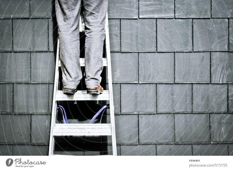 aufsteiger Mensch maskulin Junger Mann Jugendliche grau Leiter aufsteigen Klettern Dach Reparatur Handwerker aufwärts Leitersprosse Wand Bauarbeiter Heimwerker
