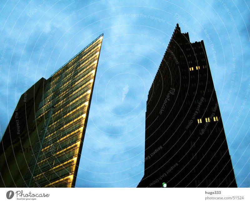 zwei riesen Hochhaus dunkel bedrohlich groß schwarz Haus Potsdamer Platz Berlin skyscaper Himmel blau stürzende linien Licht wenige