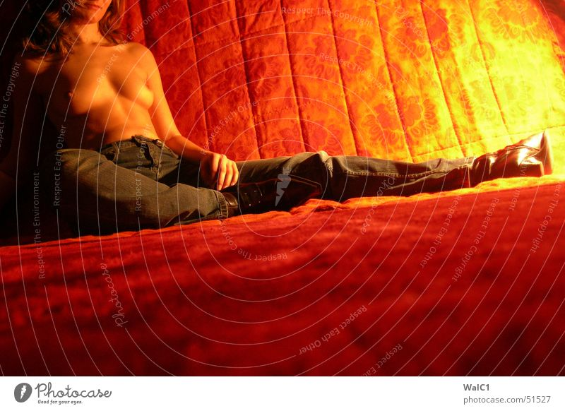 In der Hitze der Nacht Frau nackt Stiefel Leder rot schwarz ruhig Erholung Licht Dame Frauenbrust Jeanshose orange Decke