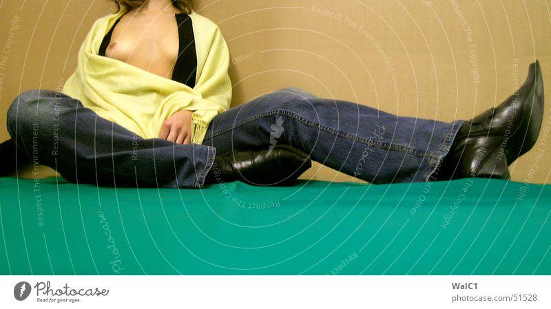 Chillout-moods & killer-boots Frau grün schwarz gelb Erholung Erotik nackt Beine sitzen Pause Jeanshose Frauenbrust lang Dame Stiefel Papier