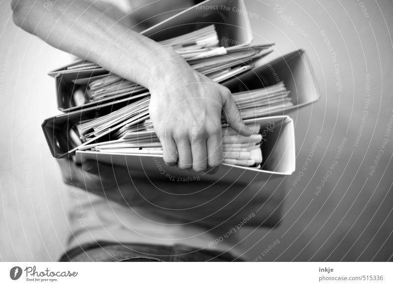 Datenträger Mensch Frau Mann Hand Erwachsene Leben Gefühle Arbeit & Erwerbstätigkeit Körper Büro Ordnung Studium Papier festhalten Güterverkehr & Logistik Student