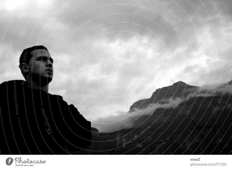Far away . . . Mann Himmel weiß ruhig schwarz Wolken Ferne Berge u. Gebirge Graffiti hell Kraft Italien Jacke