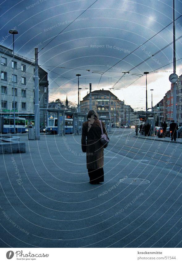 montag morgen Stadt Frau Wolken Straßenbahn Tasche Mantel Einsamkeit Zukunft Verkehr Uhr Arbeitsweg Trauer stoppen Zürich blau Himmel warten Station Mensch
