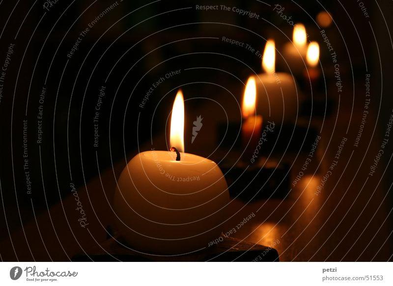 Licht in der Dunkelheit Freude ruhig dunkel Wärme hell mehrere Kerze Frieden Reihe viele gemütlich Flamme Geborgenheit erleuchten tragen glühen