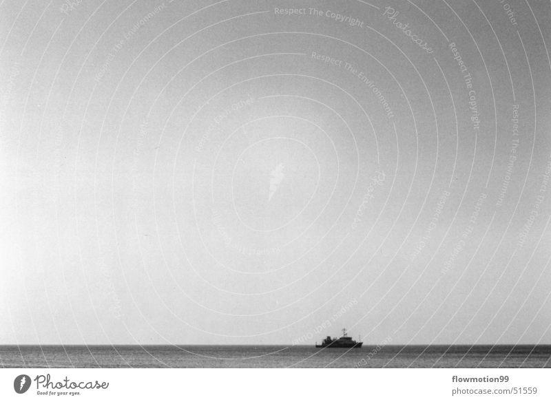Ahoi Wasserfahrzeug Meer See Wellen Einsamkeit Kapitän Seemann Hochsee Himmel leer Wind tief Sonne Schwarzweißfoto Deutschland Nordsee