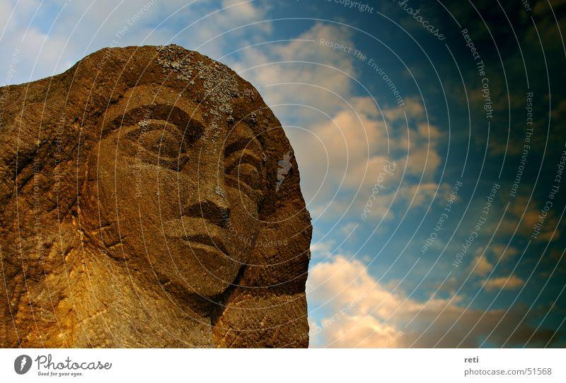 Herr über alle Zeiten Statue Sandstein Denkmal dunkle Wolken Gewitterwolken schlechtes Wetter verwittert grimmig Gesichtsausdruck Büste Kunst Bildhauer Kopf