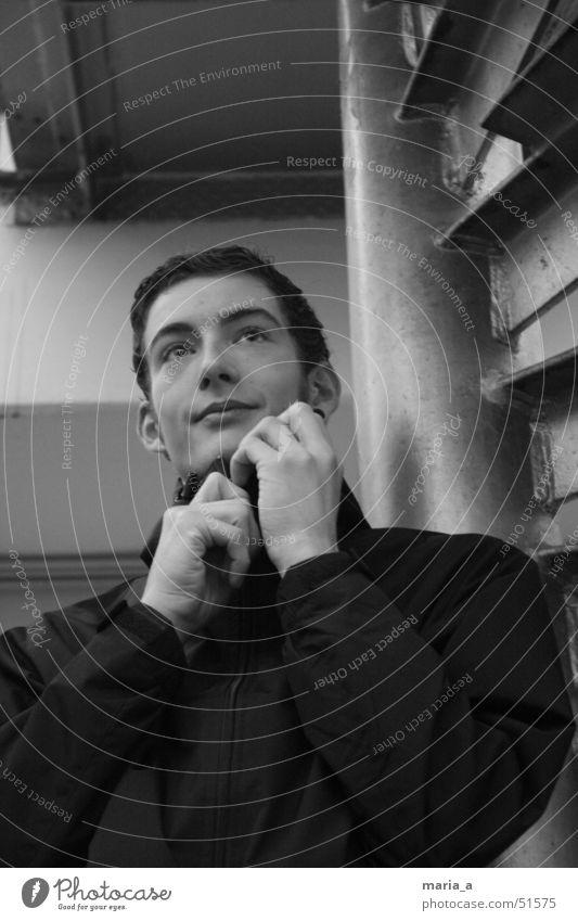 Simon Mann schön Treppe Jacke schließen aufmachen Reißverschluss