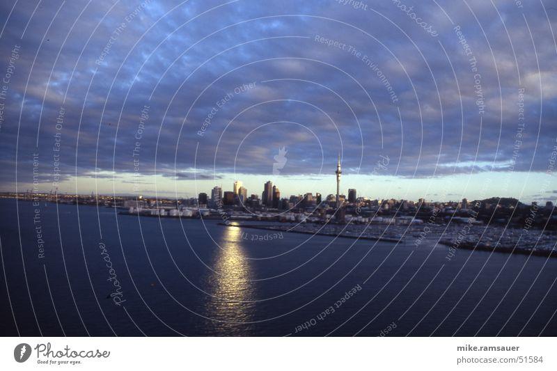 Auckland skyline Neuseeland Sky Tower dunkel Dämmerung Wolken Stadt Australien + Ozeanien Wasserfahrzeug Reflexion & Spiegelung Sonne Skyline Hafen