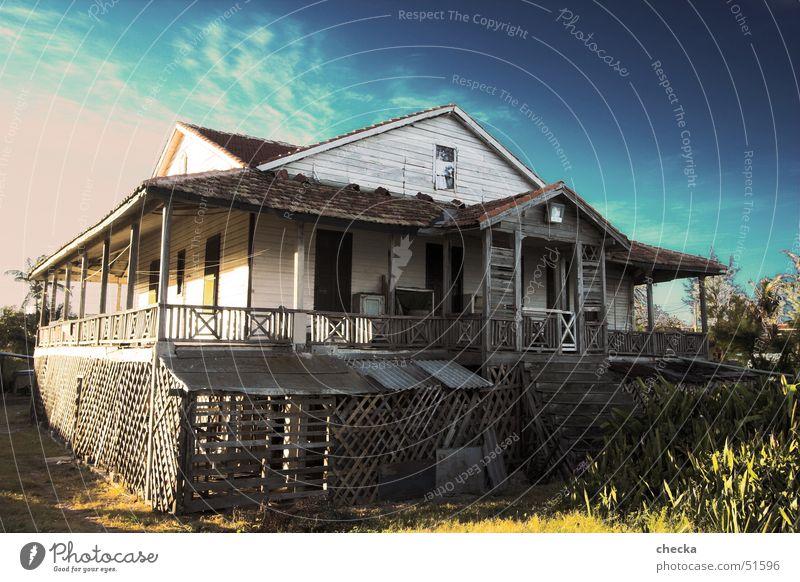 Karibisches Strandhaus Varadero Kolonialstil Hütte Bruchbude Haus Kuba Einfamilienhaus Holzhütte Holzbauweise armselige hütte Scheune Baustelle blockhouse