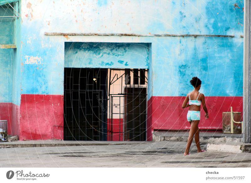 cuban girl Mädchen blau rot Südamerika Fassade Bauernhof Kuba Haus Hinterhof gestreift Südamerikaner