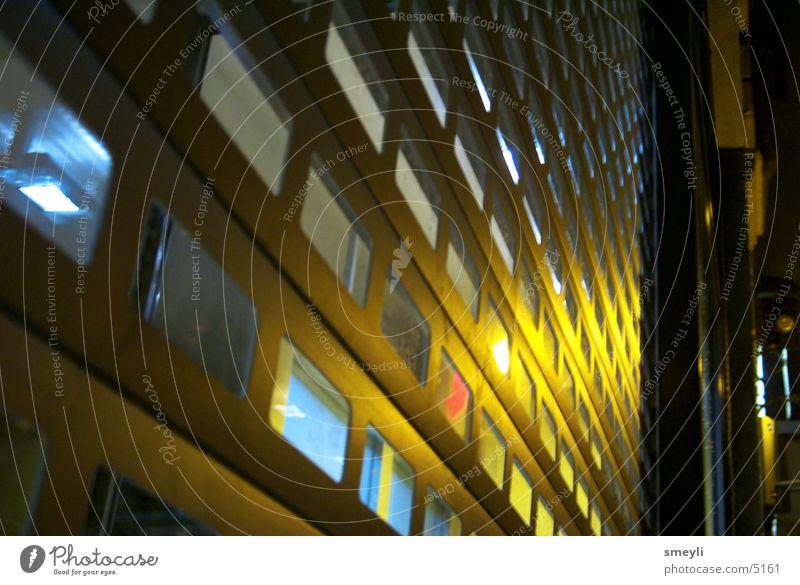 hinter gittern Gitter Nacht gelb Licht Barriere Fototechnik Metall blau Lichterscheinung