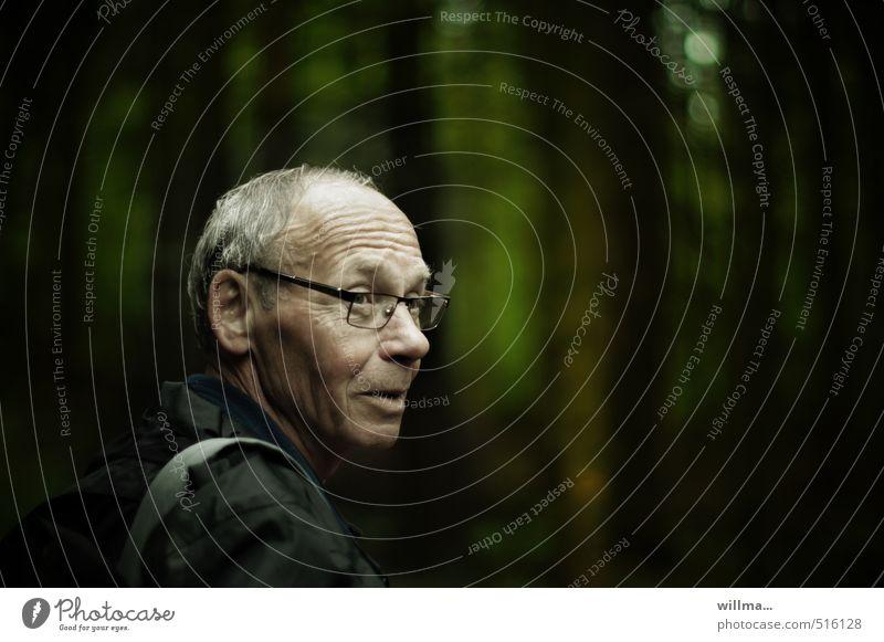 Porträt eines älteren Mannes im Wald Männlicher Senior Großvater Kopf Hautfalten Mensch Regenjacke Brille grauhaarig dunkel Freundlichkeit Menschlichkeit