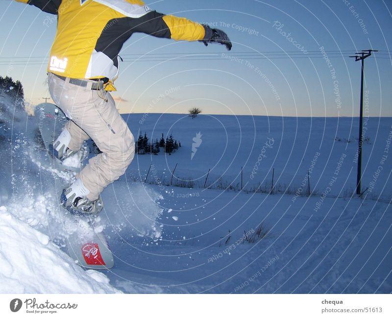 lecker powder Winter dunkel gelb Schnee Sport springen Feld Körperhaltung Gleichgewicht Abenddämmerung Strommast Landen abwärts Schneelandschaft Hochspannungsleitung Snowboard