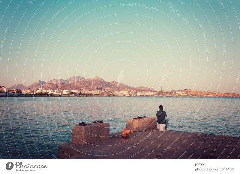 Abendessen Angeln Mann Erwachsene 1 Mensch Wasser Sommer Schönes Wetter Berge u. Gebirge Küste Meer Insel Kreta Stadtrand sitzen warten einfach Wärme blau braun