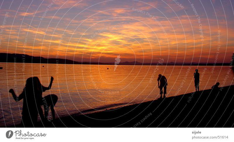 """""""Bayrisches"""" Meer Sonnenuntergang rot gelb See Wolken Horizont Strand Himmel orange Bodensee Abenddämmerung schwarze gestalten"""