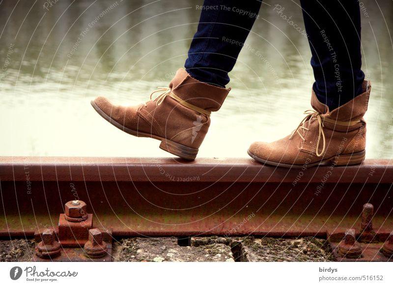 Schienenverkehr Lifestyle Stil Junge Frau Jugendliche Leben Beine Fuß 1 Mensch 18-30 Jahre Erwachsene Wasser See Gleise Mode Schuhe Leder gehen ästhetisch