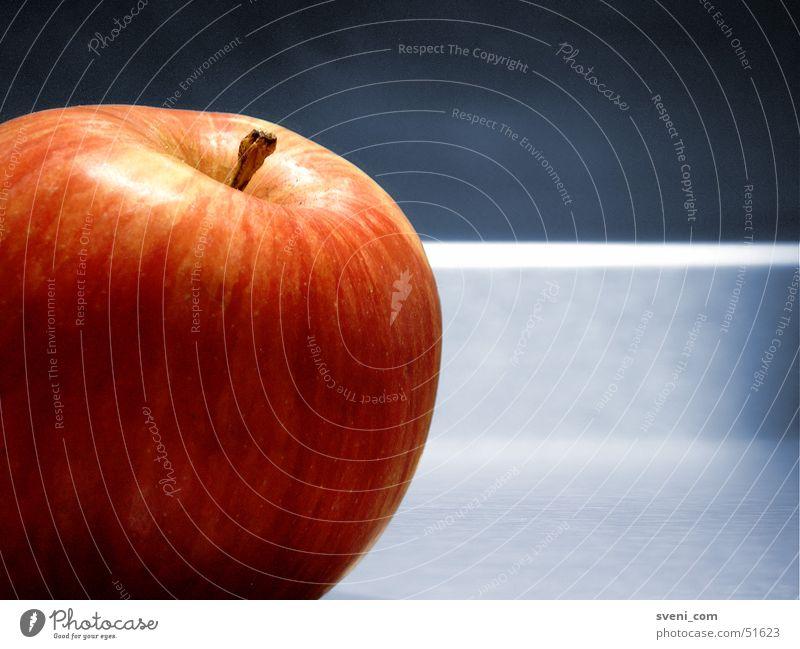 Apfel auf dem Stahltisch Tisch rot ikea blau Makroaufnahme Detailaufnahme