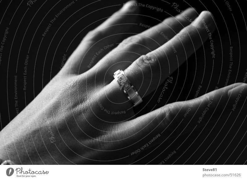 The Ring Finger schwarz weiß Hand Frau Accessoire Schmuck Kreis Schwarzweißfoto