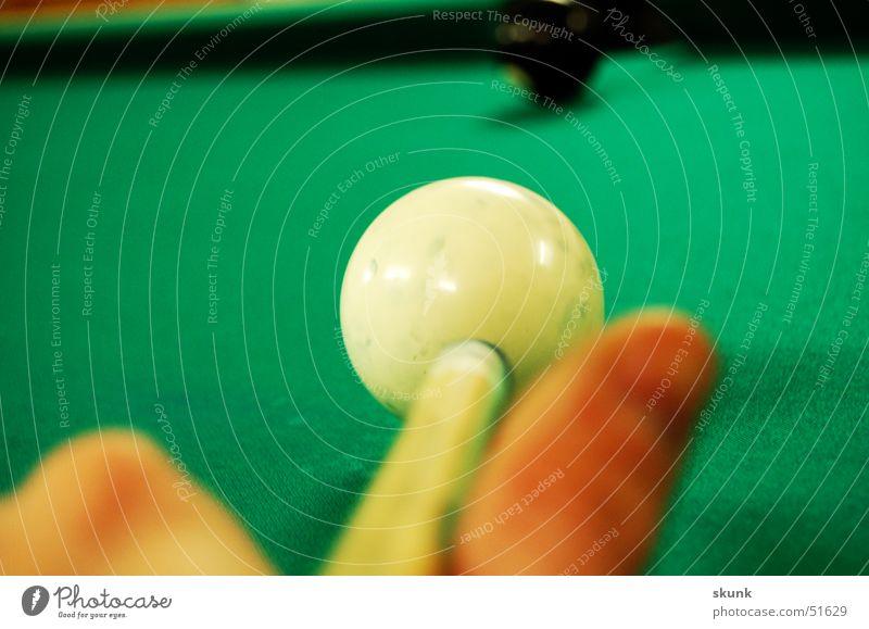 Endstoss Billard Spielen Hand Daumen Queue Stock Endstoß verlieren Innenaufnahme Elektrizität Konzentration Freude weisse kugel schwarze kugel das ziel Schatten