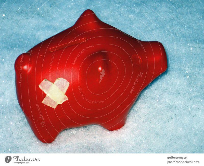 Verletztes Sparschwein im Schnee rot Winter Spardose