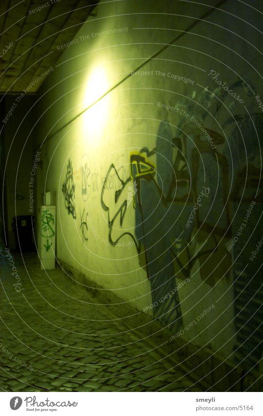 lebenszeichen Nacht Stadt Wand Mauer Beton Einsamkeit leer Kunst Kultur Jugendkultur Stil taggen ungesetzlich Club Graffiti Straße Stein throwup