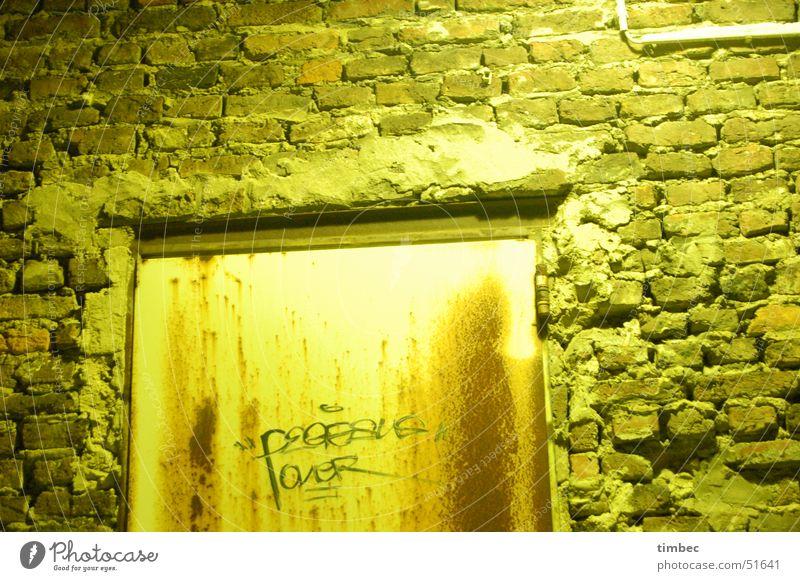 Door Licht Mauer dunkel Nacht erleuchten beschmiert Außenaufnahme kalt Einsamkeit Hinterhof door light Tür dark night schumrig old damaged bekritzelt streichen