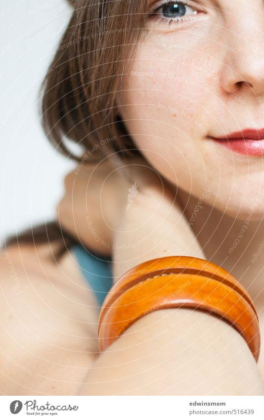 Blick in die Kamera. Lippenstift feminin Frau Erwachsene Gesicht Auge 1 Mensch 30-45 Jahre Accessoire Armreif blond langhaarig Lächeln nah Wärme weich orange