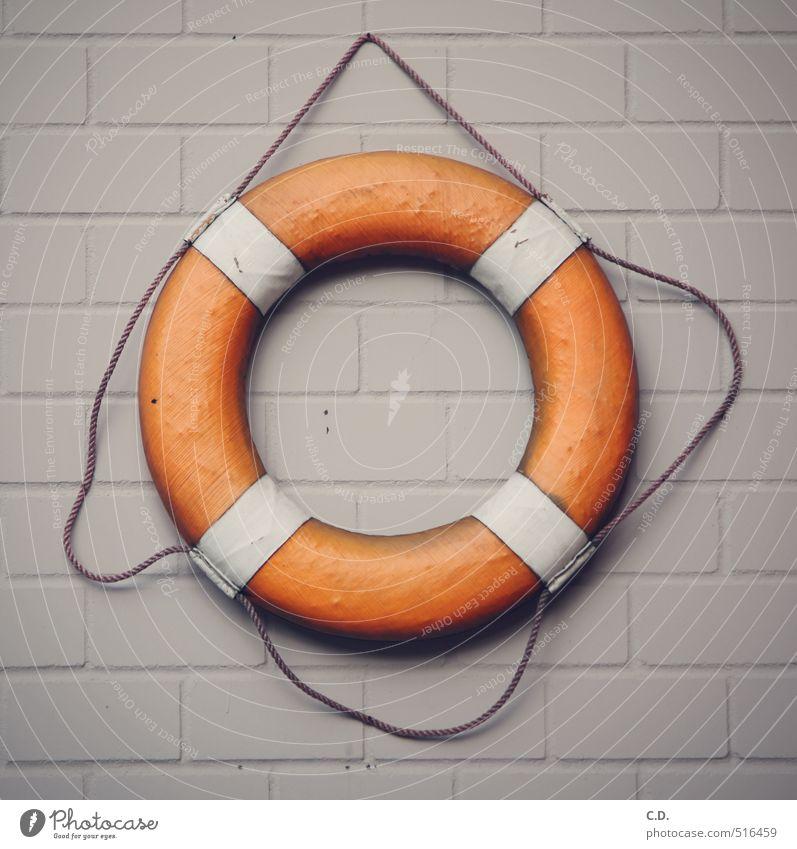 Rettungsring weiß Wand grau Stein orange Sicherheit Kunststoff maritim Backsteinwand Schiffsunglück