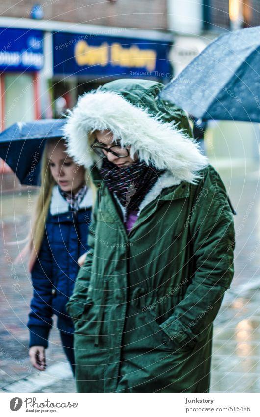 SHE! PARKA! Mensch Frau Jugendliche Junge Frau 18-30 Jahre Erwachsene kalt feminin Herbst sprechen Denken gehen Mode träumen Freundschaft Regen