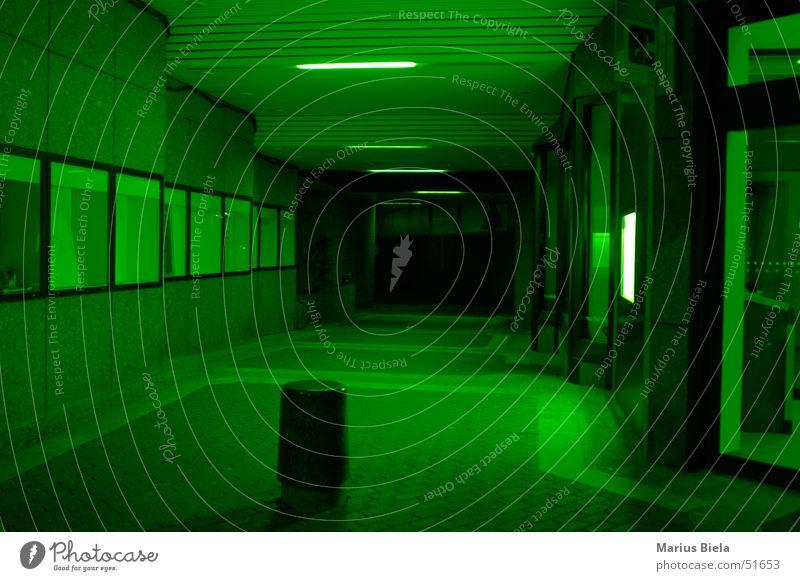 Grün? Ja grün! grün Farbe dunkel Fenster Bank Tunnel