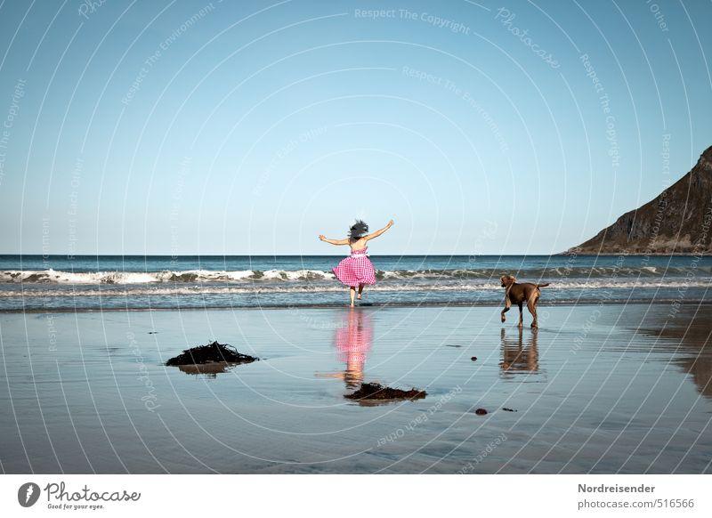 Tanz | Übermütig Hund Mensch Frau Ferien & Urlaub & Reisen Sommer Meer Freude Strand Erwachsene Berge u. Gebirge Leben feminin Freiheit springen Tanzen