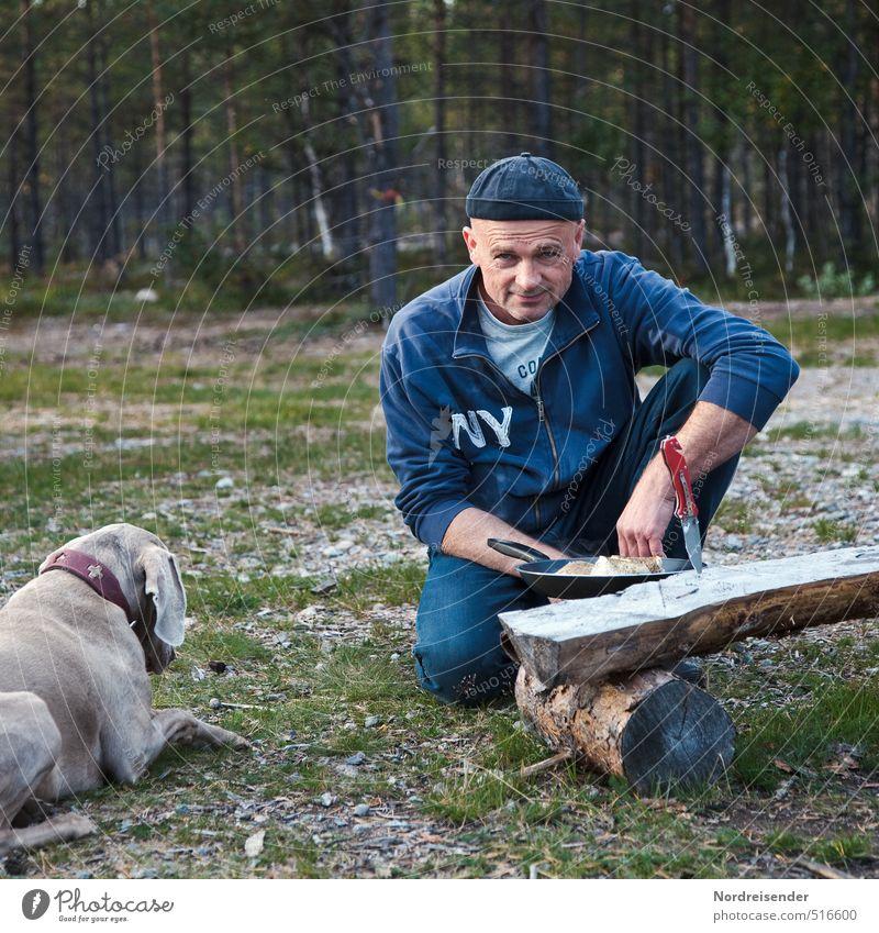 Kochduell Hund Mensch Natur Ferien & Urlaub & Reisen Mann Tier Wald Erwachsene Freiheit Essen Zufriedenheit Lifestyle 45-60 Jahre frisch Ernährung einfach