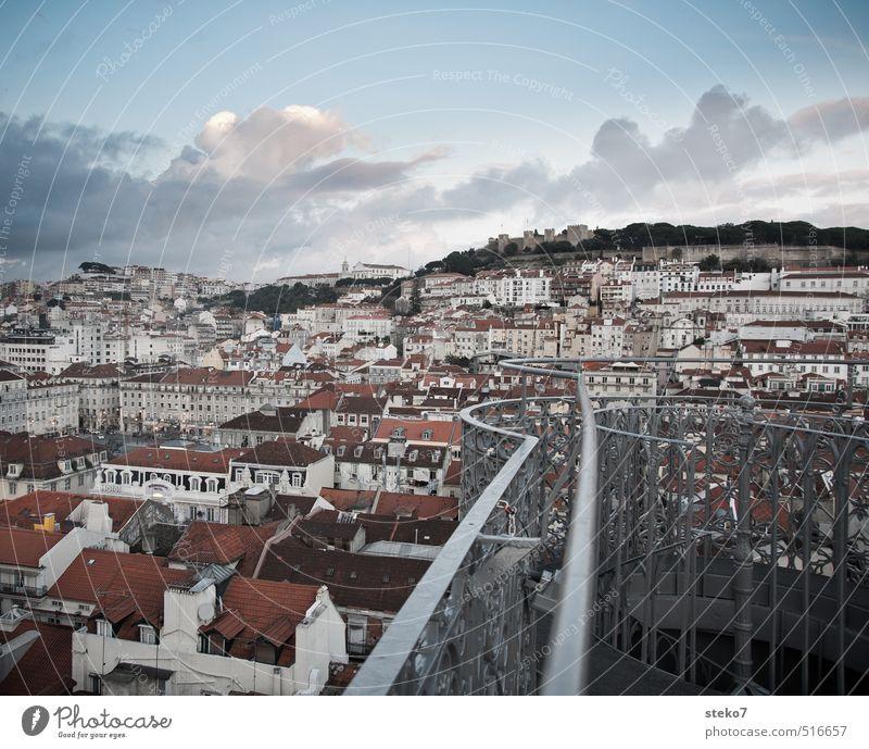 Balkon über Lissabon blau Stadt weiß rot Dach Stadtzentrum Hauptstadt