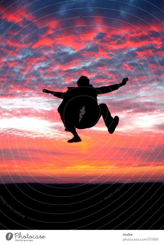 Abgehoben rot schwer Wolken springen Stil Sonnenuntergang frei losgelöst abgehoben Himmel silouette hoch orange Abenddämmerung Dynamik Freiheit fliegen leuchten