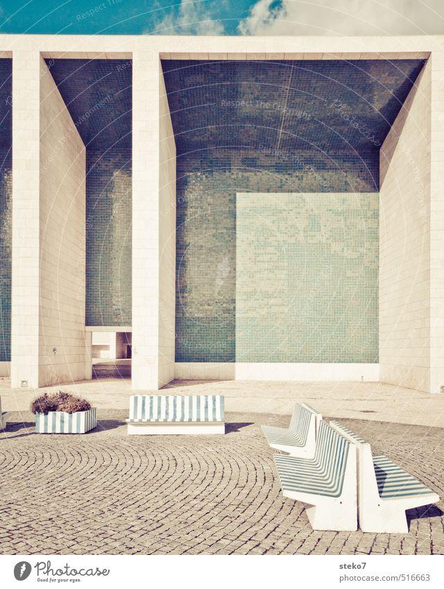 Streifen-Geometrie Platz Mauer Wand retro Stadt blau grau Lissabon Bank Fliesen u. Kacheln Schattenspiel Pflastersteine Gedeckte Farben Außenaufnahme Muster