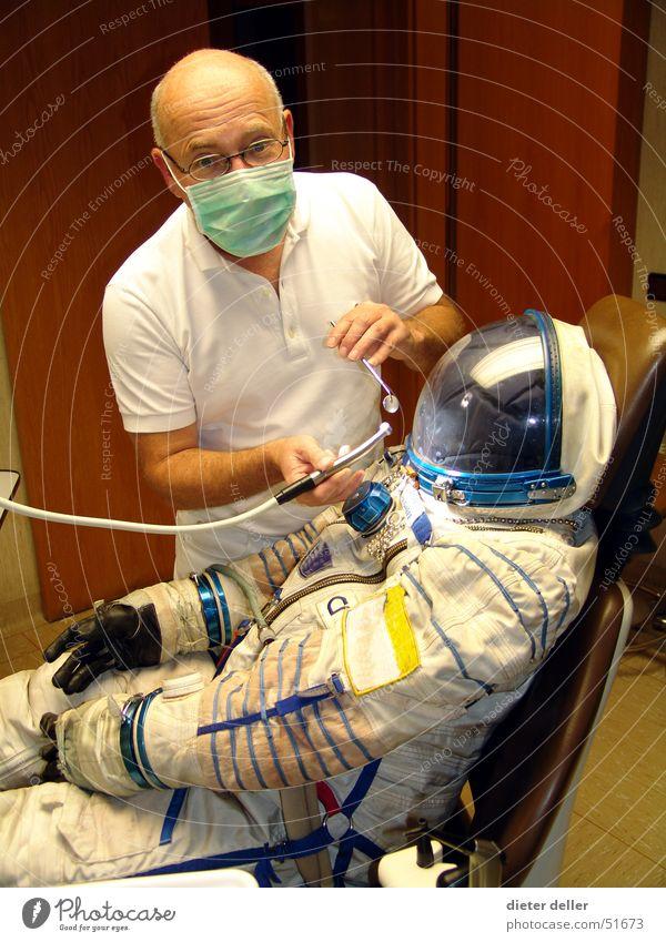 Astronautenzahnweh Zahnarzt Zahnschmerzen skurril Mundschutz Notfall außerirdisch Bohrmaschine