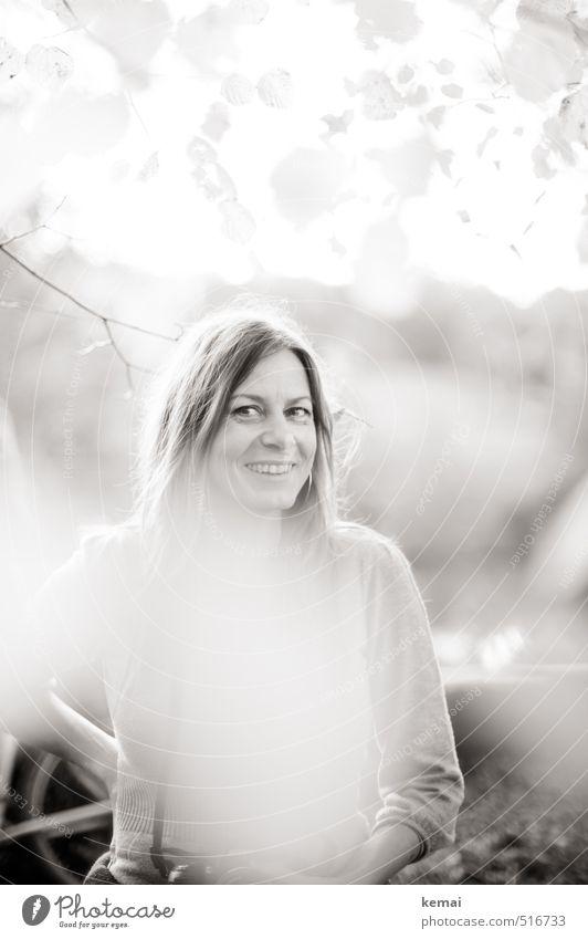 Bärensee 2013 | Caro Mensch feminin Frau Erwachsene Leben Kopf 30-45 Jahre Blatt Zweig Lächeln lachen Freundlichkeit Fröhlichkeit Gefühle Freude Glück