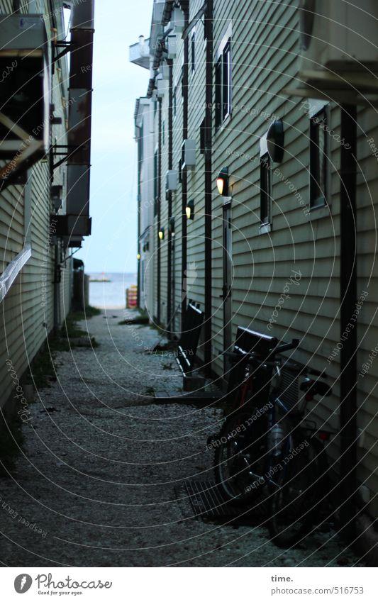 Weg zum Strand Himmel Stadt Einsamkeit Haus Strand Fenster Wand Wege & Pfade Küste Architektur Mauer Horizont Fassade Tür Fahrrad Perspektive