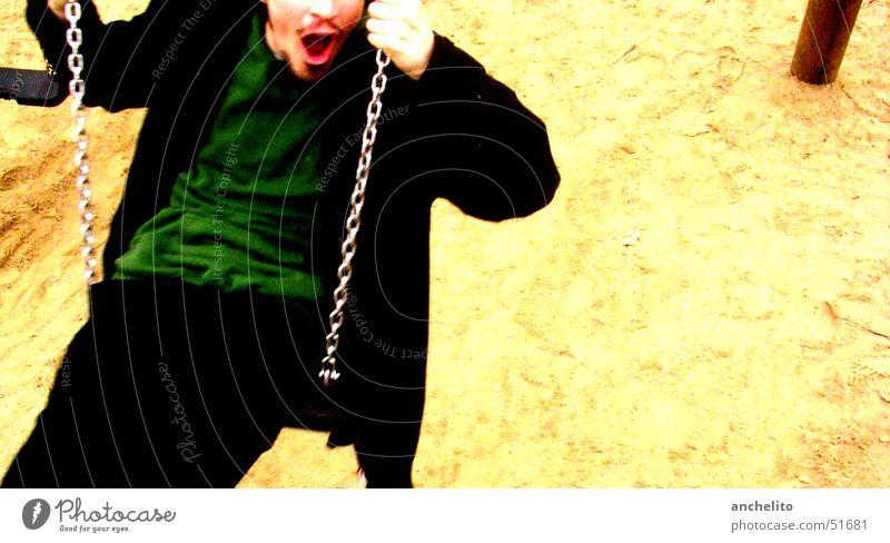 Temp auf der Schaukel (sozusagen beim Schaukeln) Mann Mensch Schwung Swing Sandkasten Spielplatz Bewegung Aktion Schlag Spielen Bart festhalten edel genießen