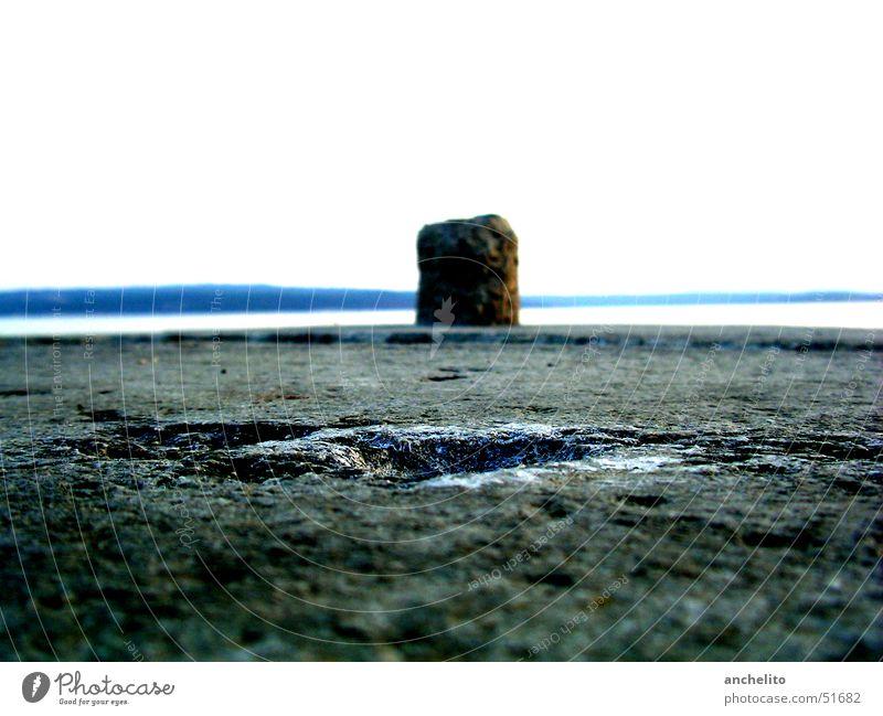 einsamer Poller vor der weiten See Himmel weiß Meer blau Strand Einsamkeit Ferne grau Stein See Küste Bodenbelag Asphalt Amerika Loch