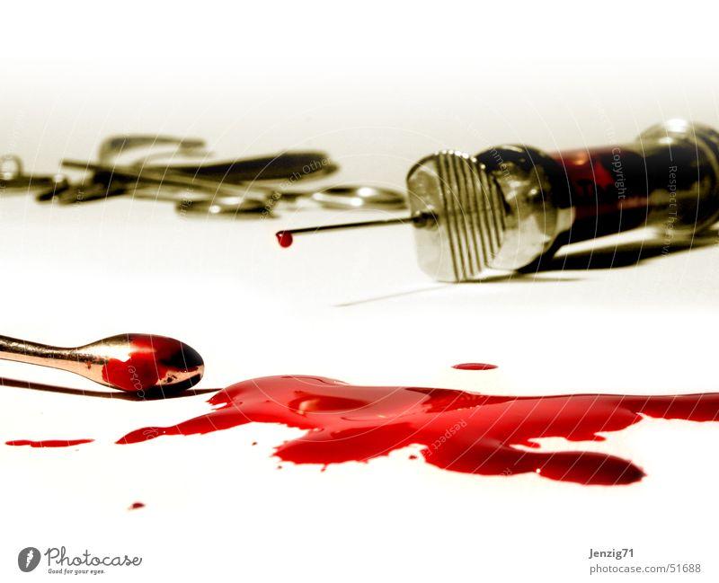 Finished. Blut Besteck Spritze Objektfotografie Chirurgie Diagnostik Eingriff Schaber Kanüle Blutfleck operativ Bluttest Kürette ausschaben Operationsbesteck