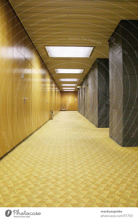gang ins leere gelb Stil Holz braun Perspektive retro Maske Teppich beige Siebziger Jahre Marmor Behörden u. Ämter
