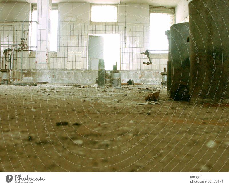 verfall Staub Verfall Stahl kalt Müll leer braun Ruine Fabrikhalle Industrie verfallen dreckig Fliesen u. Kacheln Metall Einsamkeit Lagerhalle Bodenbelag Röhren