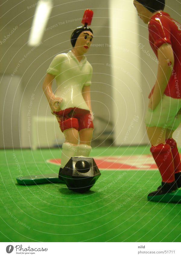 TippKick Filz Tischfußball Spielzeug Stürmer Verteidiger Trikot grün weiß rot Spielfigur Detailaufnahme Sport Innenaufnahme Makroaufnahme 2 Fußball gegenüber