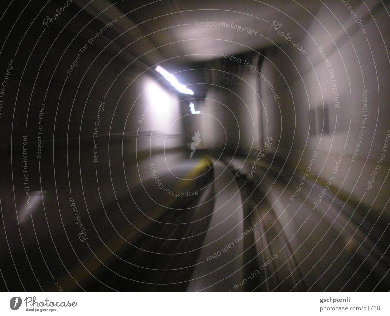 tunnel gelb dunkel kalt Bewegung Eisenbahn Geschwindigkeit Streifen Gleise Dynamik Kurve Neonlicht Verzerrung unterirdisch herzlos