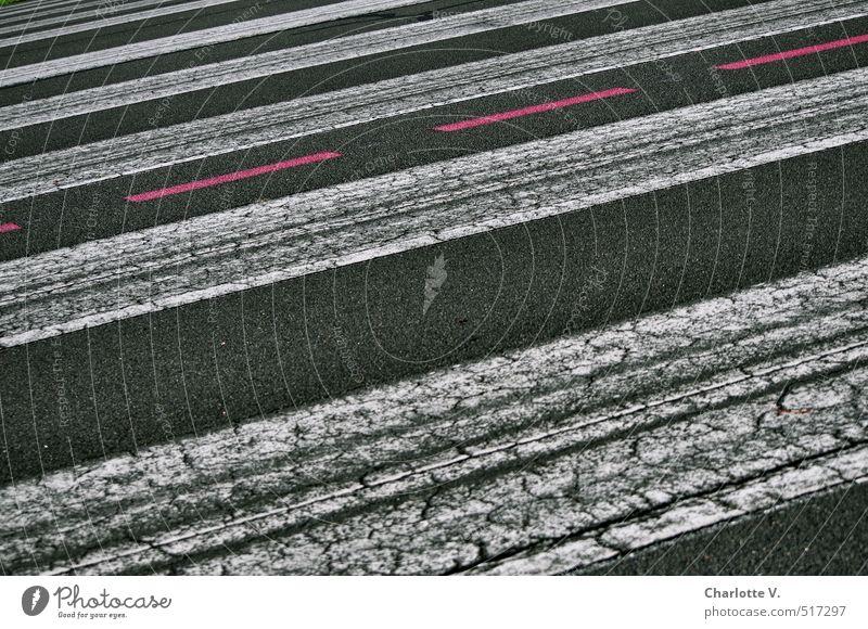Rote Linie alt weiß Farbe rot schwarz dunkel Straße leuchten Schilder & Markierungen Ordnung ästhetisch Streifen Neigung Asphalt Verkehrswege