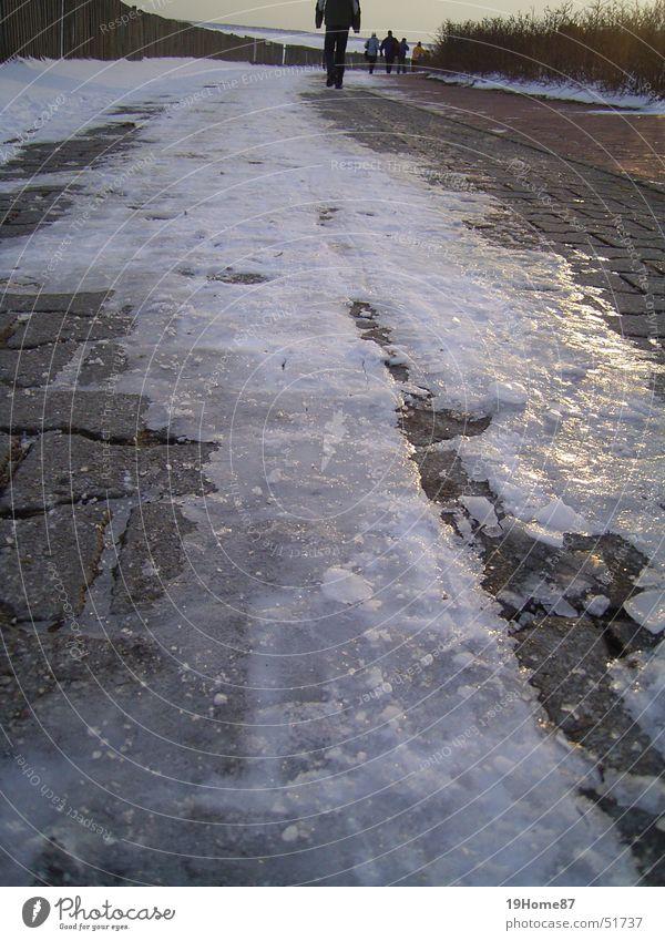Langer Weg glänzend durchsichtig kalt Winter Ferne Einsamkeit Trauer Hoffnung Außenaufnahme Verzweiflung Eis Himmel Abend Wege & Pfade Stein Traurigkeit Ende
