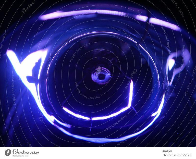 blau oder was? Licht Lampe Glühbirne Schwarzlicht Makroaufnahme Nahaufnahme Nähgarn