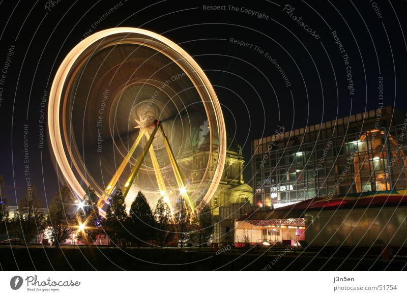 Riesenrad auf dem Schloßplatz Palast der Republik Hochgeschwindigkeit Nacht Langzeitbelichtung dunkel mehrfarbig Licht Lampe Geschwindigkeit rund Jahrmarkt